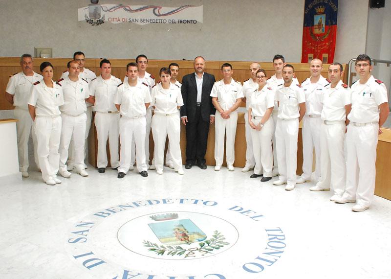 Gli allievi cuochi delle Capitanerie di Porto con il sindaco Gaspari e il comandante Di Guardo