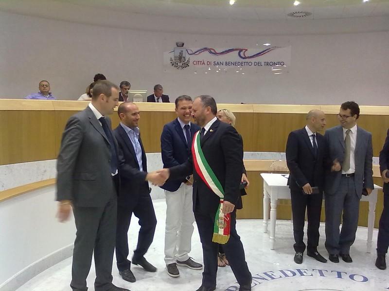 La giunta comunale: Gaspari stringe le mani a Canducci, nuovo assessore a Urbanistica e Ambiente
