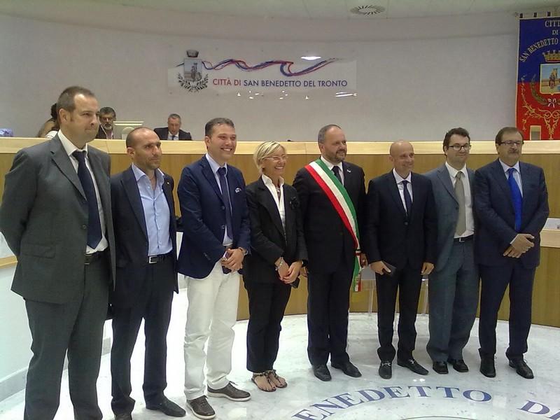 La nuova giunta Gaspari: da sinistra, Urbinati, Canducci, Curzi, Sorge, Gaspari, Fanini, Spadoni, Sestri