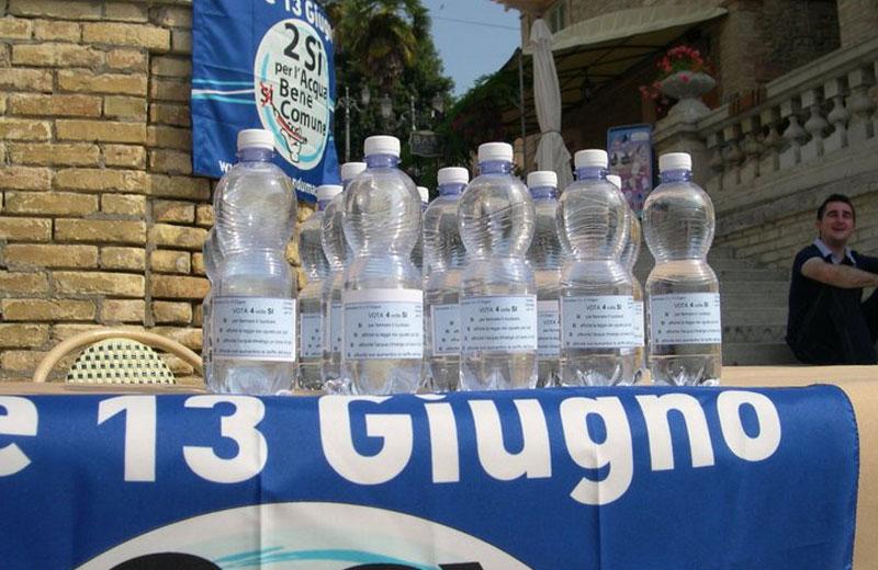 Le bottiglie d'acqua con le etichette informative sul Referendum distribuite a Colonnella