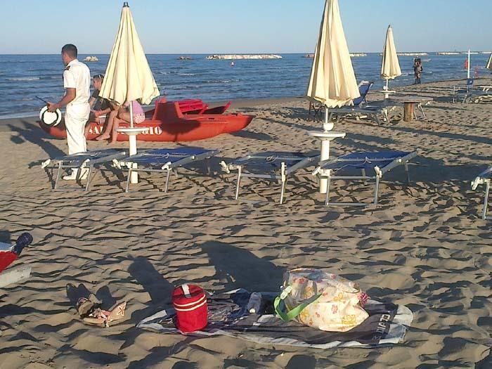 Ragazza scomparsa, gli oggetti personali della donna lasciati in spiaggia