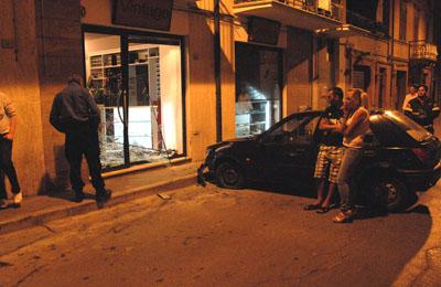 auto contro vetrina (foto Google)
