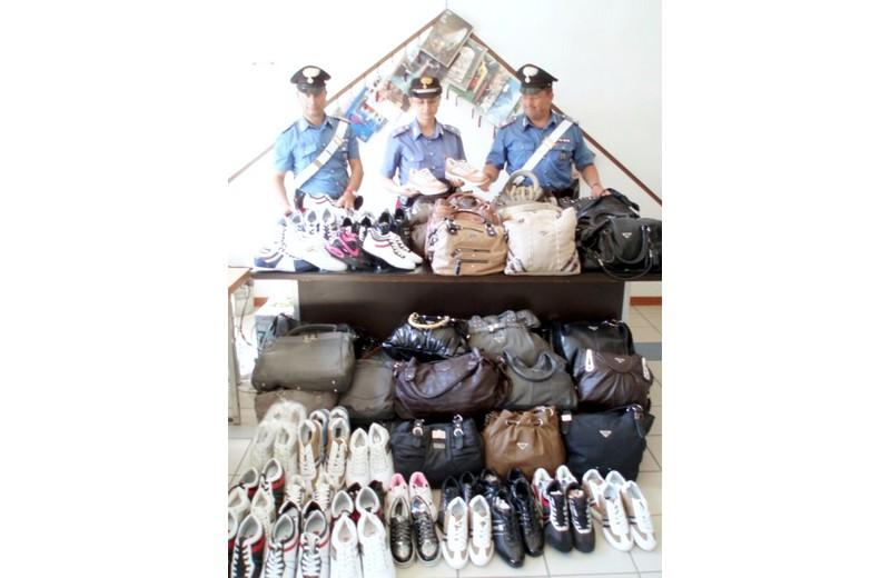 FOTO D'ARCHIVIO DELL'ESTATE 2010 Lotta al commercio abusivo nelle spiagge sambenedettesi, i Carabinieri con della merce sequestrata