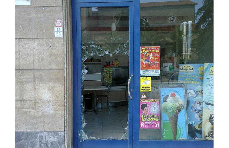 La vetrina del locale in Piazza Cavour