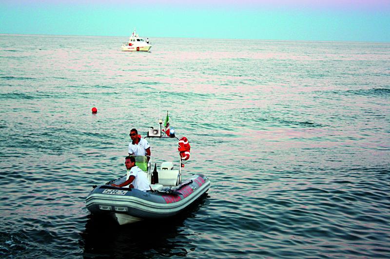 Uomini della Guardia Costiera mentre controllano le acque e i luoghi di balneazione (foto d'archivio by Francesca Grassetti)