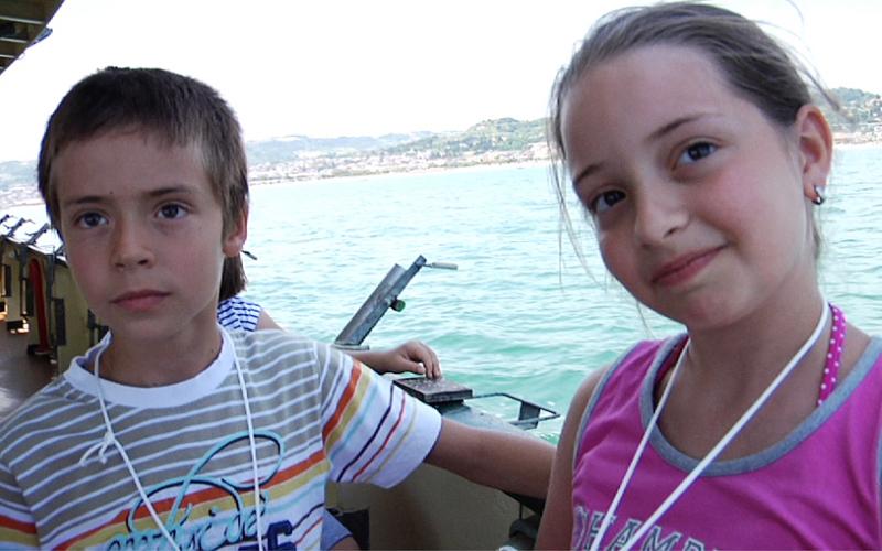 Bambini nella gita in barca della Blu Card