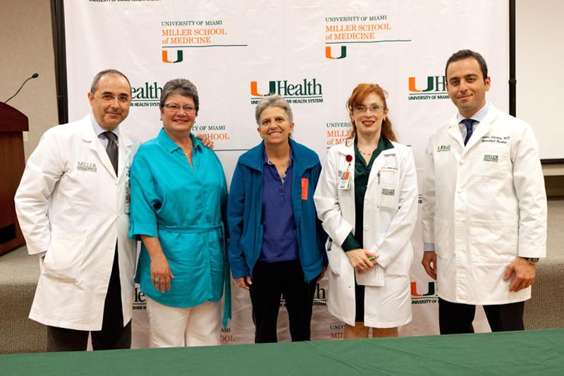 Il chirurgo sambenedettese Floriano Marchetti (il primo da sinistra) a Miami con alcune pazienti e un suo assistente