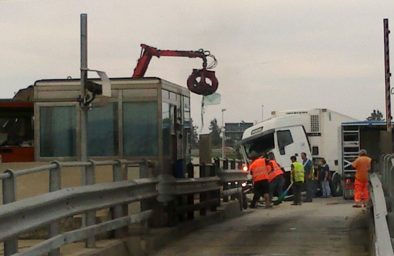 Operai a lavoro per portare via il camion e le lamiere (2)