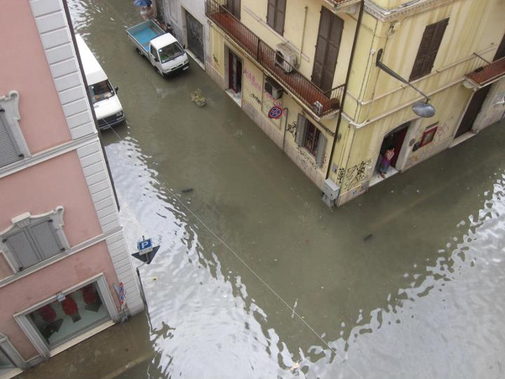 Il centro di San Benedetto come una piscina, 5 luglio  2011 (foto Fb Elisa Gilormello)