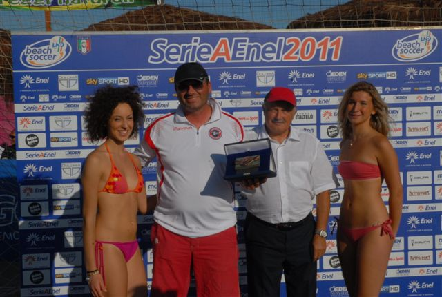 Samb Beach Soccer, il presidente Roberto Ciferni viene premiato per il sesto posto nella classifica della Serie A Enel 2011