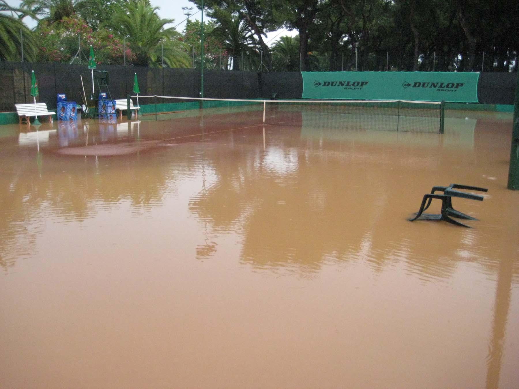 Campo da tennis allagato