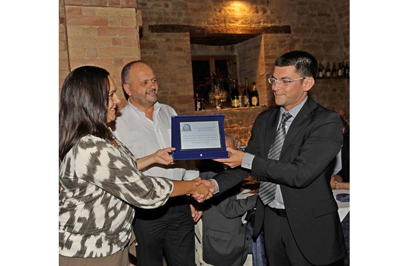 Silvia Merlini del Consorzio Nuovo Porto e il sindaco Giovanni Gaspari consegnano una targa in segno di gratitudine al comandante della Capitaneria Daniele Di Guardo