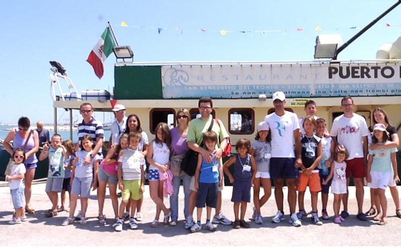 Foto gruppo per i turisti prima della gita in barca su Nefertiti, nell'ambito dell'iniziativa Blu Card