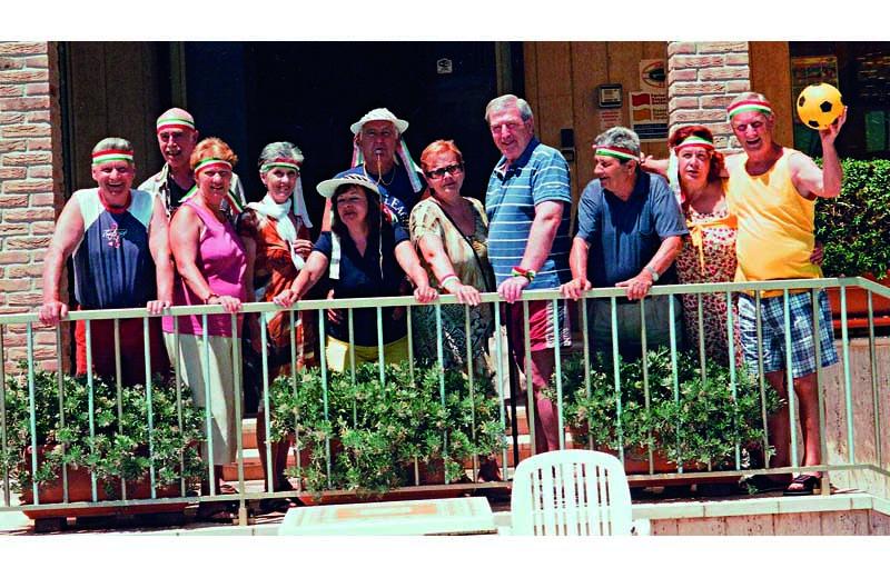 Il gruppo di turisti veronesi che da 16 trascorre le sue vacanze all'hotel Cristal di Cupra Marittima