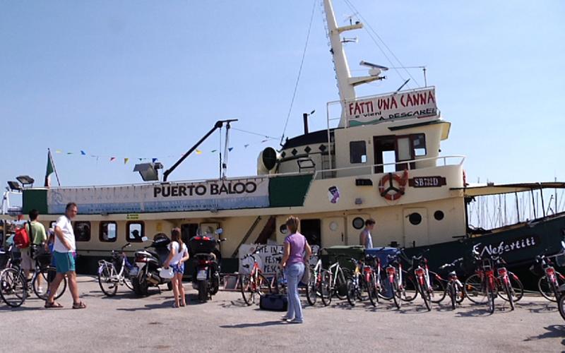 Un gruppo di turisti prima di salire alla barca per la gita di Blu Card