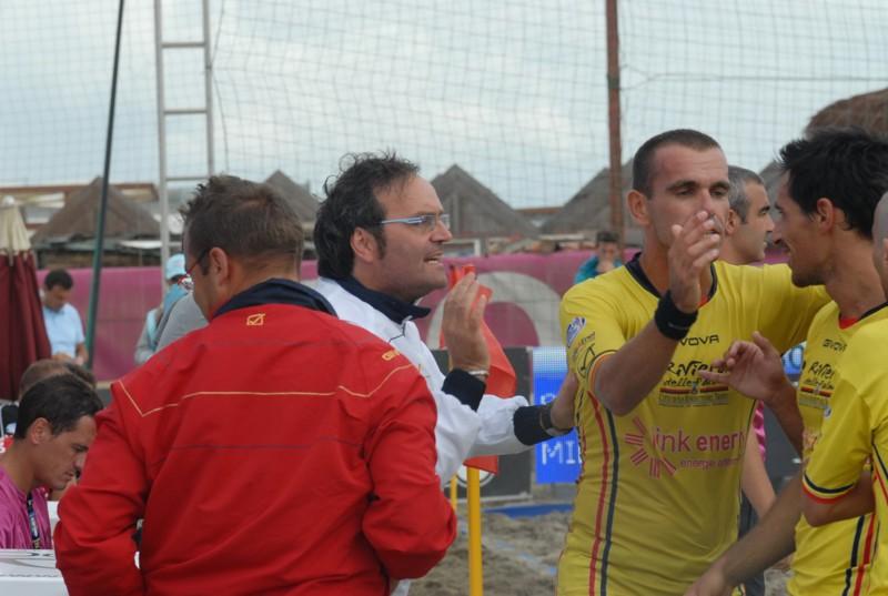 l'allenatore rossoblu Oliviero Di Lorenzo si complimenta con i suoi