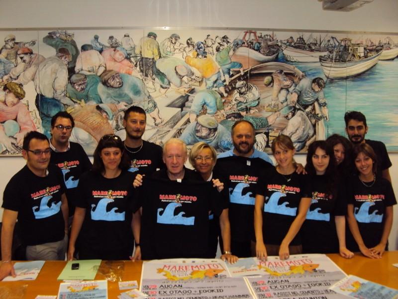 Maremoto Festival 2011: gli organizzatori con gli assessori Spadoni e Sorge, il sindaco Gaspari e il musicista Joe Vescovi