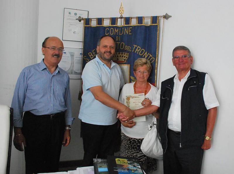 I coniugi Cozzini e l'albergatore Umberto Carboni ricevuti dal sindaco Gaspari