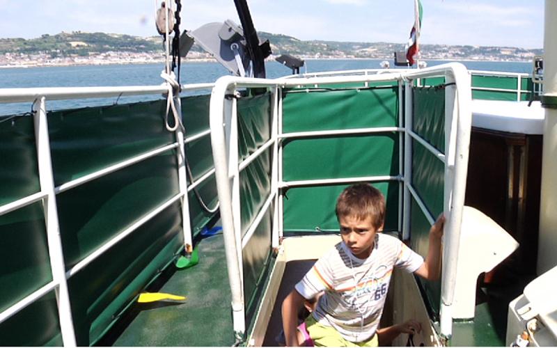 Un bambino nella gita in barca della Blu Card