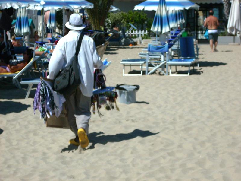 Commercio abusivo su una spiaggia sambenedettese