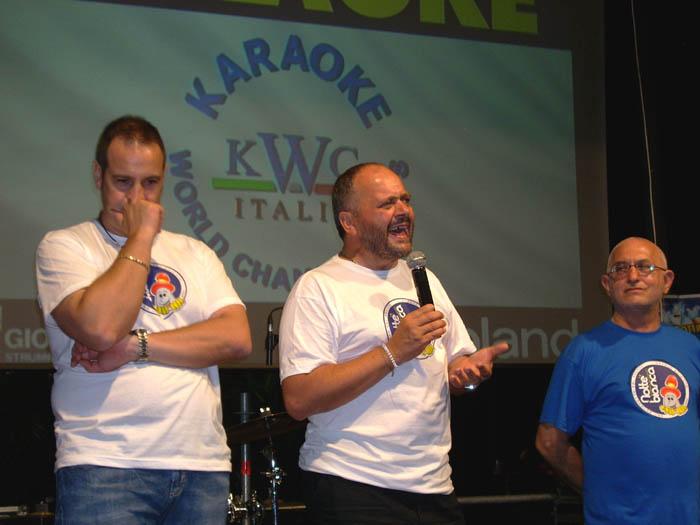 Il sindaco Giovanni Gaspari in un momento oratorio nella recente Notte Bianca: affianco a lui l'assessore alla Pesca Fabio Urbinati
