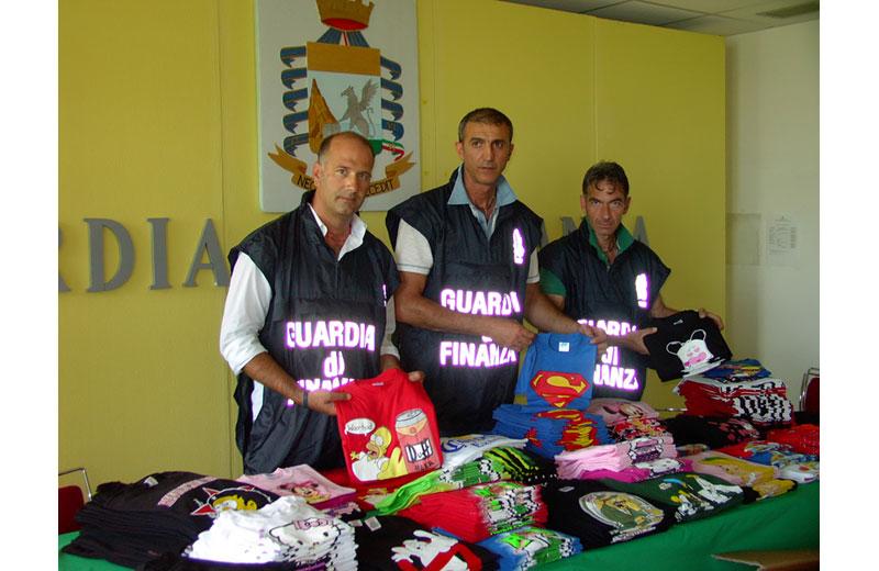 Le magliette sequestrate dalla Guardia di Finanza di Giulianova