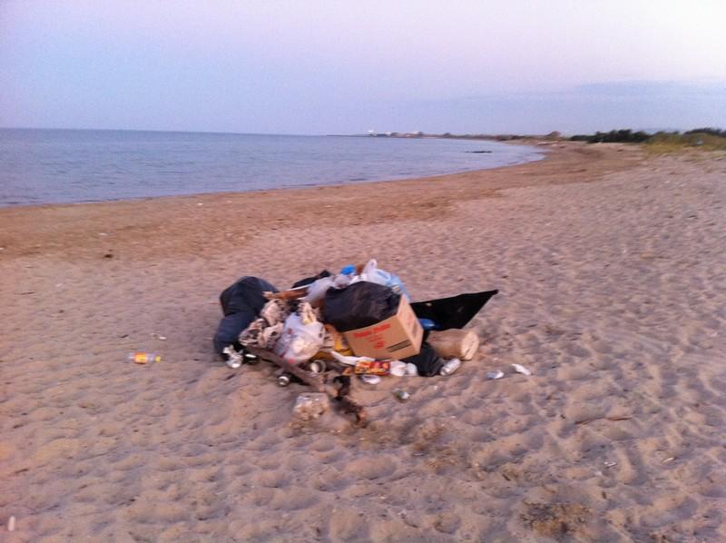 Sentina, cumuli di immondizia sulla spiaggia libera il 19 agosto