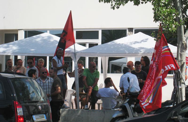 Lavoratori in sciopero alla Carbotech di Martinsicuro (foto d'archivio)