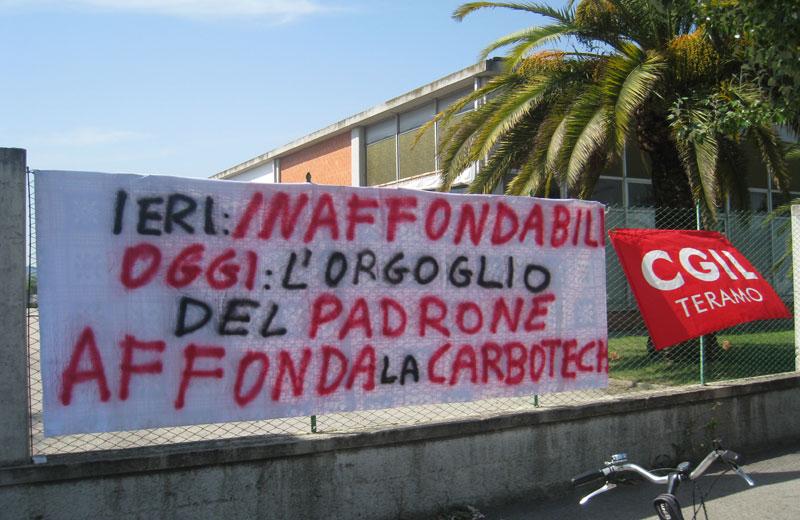 Slogan di protesta sui cancelli della Carbotech