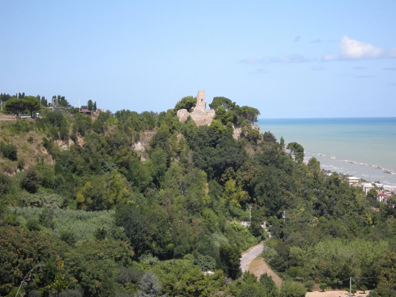 Il castello di Sant'Andrea immerso nel verde