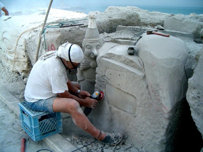 Lo scultore Giuseppe Straccia al lavoro durante l'ultima edizione di Scultura Viva