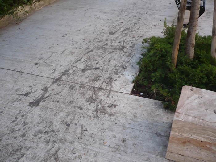 Viale De Gasperi, la situazione dei marciapiedi
