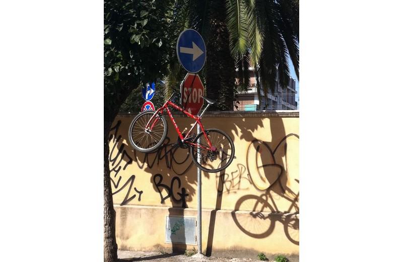Via Dari, sabato 27 agosto: una bici parcheggiata in maniera peculiare