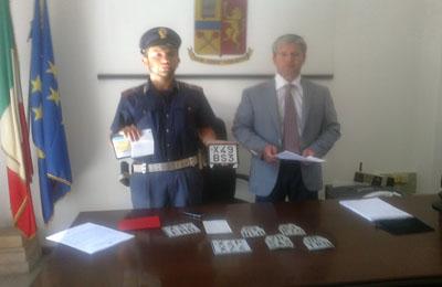 Il dirigente del Commissariato Filippo Stragapede con le targhe dei ciclomotori rubati