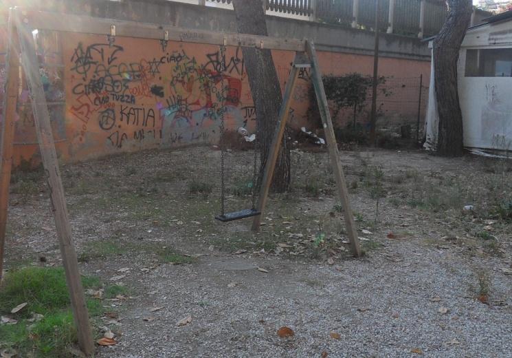 La Formica: Altalena e sporcizia sul fondo Pineta Ricciotti