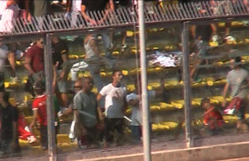Ancona-Samb, mezz'ora della ripresa, un bambino getta oggetti in campo