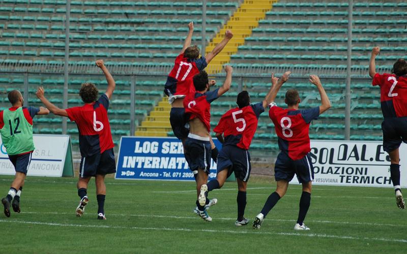 Ancona-Samb, i giocatori festeggiano davanti alla curva vuota (ph. Giammusso)