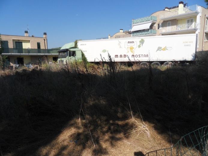 La Formica: Erba e stato di abbandono camion via Cilea
