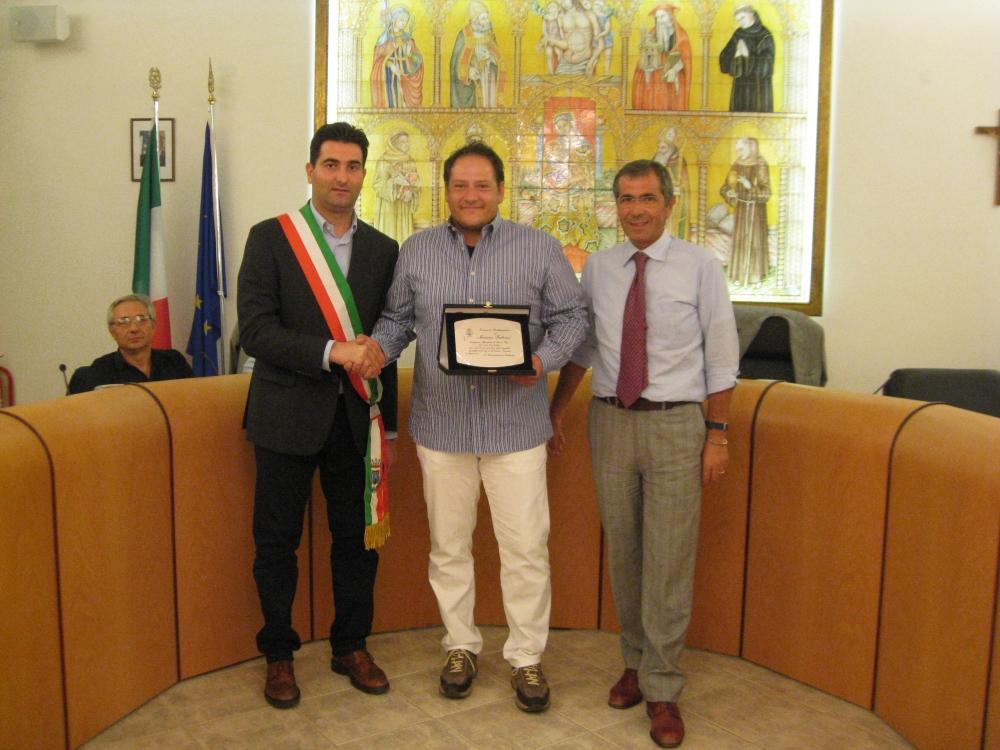 Stefano Stracci e Nedo Tiburtini consegnano una targa al campione Massimo Fabbrizi