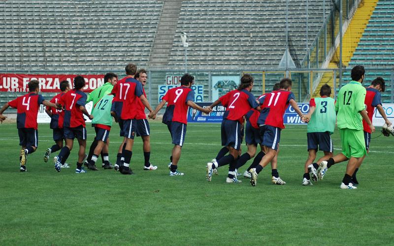 I giocatori festeggiano davanti alla curva dei tifosi vuota (ph. Giammusso)