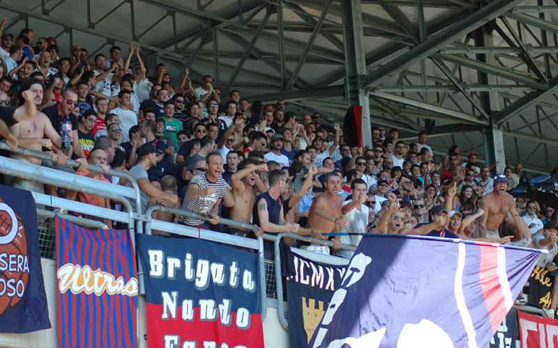 I tifosi esultano dopo il gol di Pazzi alla Vis (ph. Giammusso)