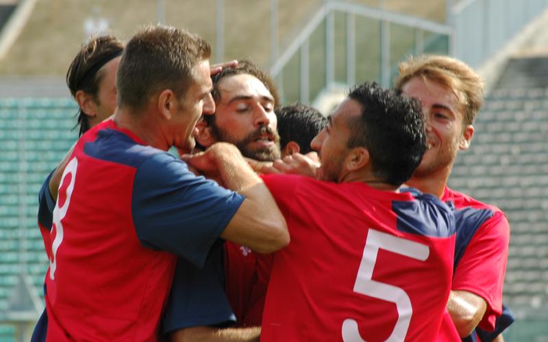 Pazzi stritolato dopo il gol (ph. Giammusso)