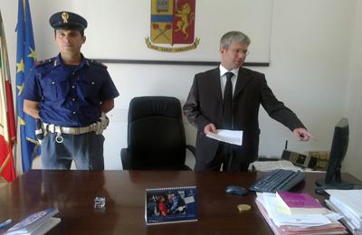 Alla destra Filippo Stragapede, il dirigente del Commissariato