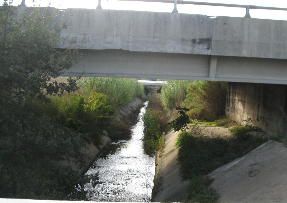 Il fosso centrale di Centobuchi con gli argini rialzati solo a metà. Nel punto più basso si è verificata l'esondazione dello scorso marzo