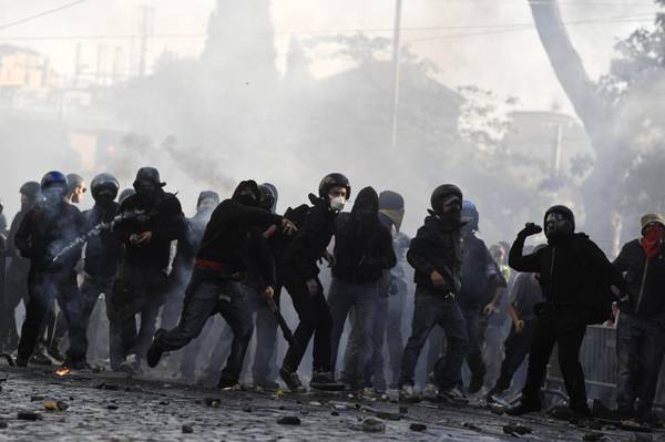 Guerriglia a Roma, black bloc in azione