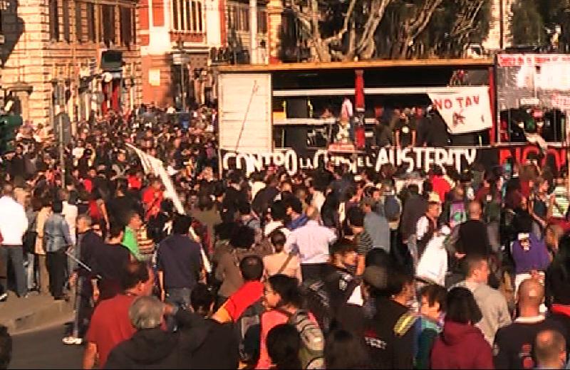 Il camioncino che porta in Piazza San Giovanni i violenti, dai megafoni incitazioni alla lotta e agli scontri