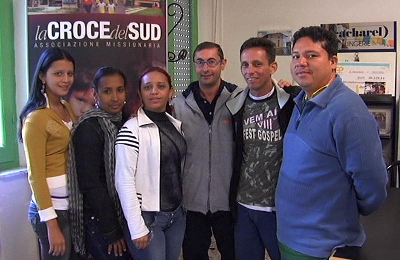 Il presidente dell'Associazione Croce del Sud Don Francesco con alcuni giovani volontari brasiliani