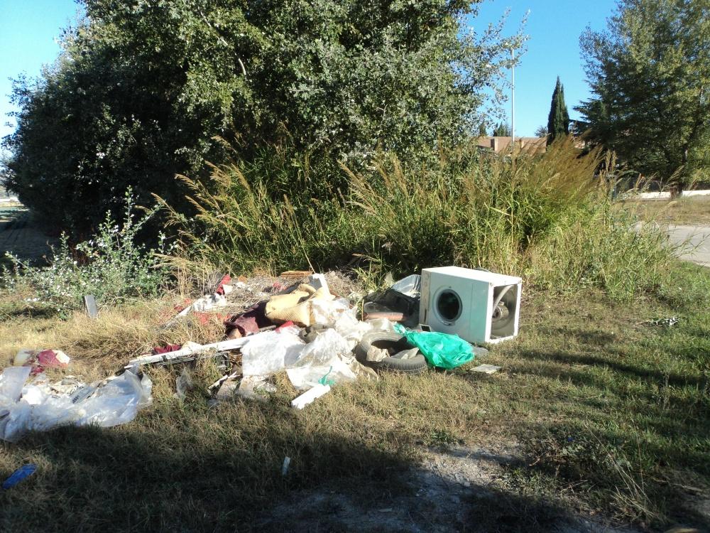 Rifiuti, tra cui una lavatrice, abbandonati a ridosso della bretella