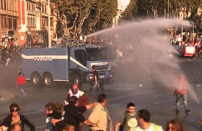 L'ingresso della Polizia in Piazza San Giovanni, con getto di idranti, e la fuga dei manifestanti, mentre altri sono già pronti per lo scontro