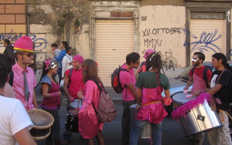 Manifestazione a Roma Alcuni ragazzi che fanno musica